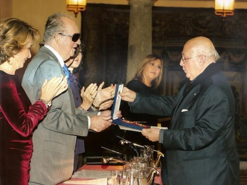 El Rey Juan Carlos entrega la medalla a Alejandro Reyes