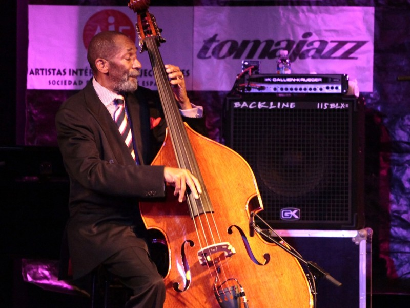 Ron Carter actuando en el Johnny